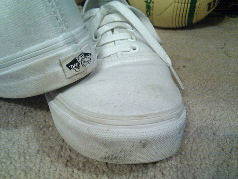 how to clean dirty white canvas shoes