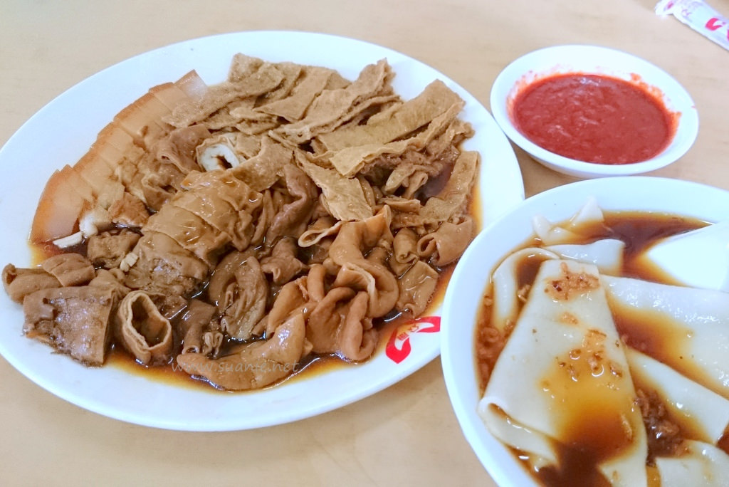 kway chap braised pig innards intestines chee cheong fun chili singapore traditional hawker street food