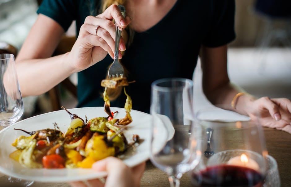 makan dengan santai