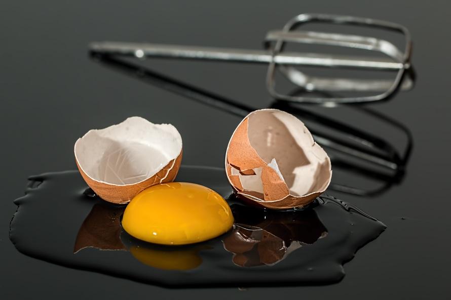 mengatasi rambut rontok dengan telur