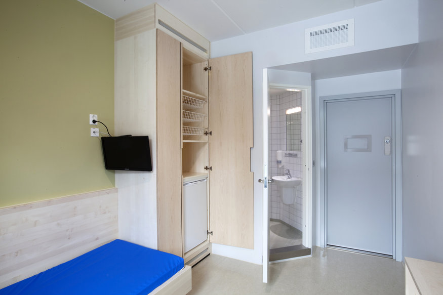 The inside of a cell is seen at the Halden prison in the far southeast of Norway in this picture taken in 2010, released on July 27, 2011. Halden jail could house Norwegian gunman Anders Behring Breivik, who killed at least 76 people in last Friday's bomb attack and shooting spree, for decades, according to media reports. Breivik's lawyer said on Tuesday his client appeared to be a madman, but it was too early to say if Breivik would plead insanity at his trial, expected to be a year away. Picture taken in 2010. REUTERS/Trond A. Isaksen (NORWAY - Tags: CRIME LAW CIVIL UNREST)
