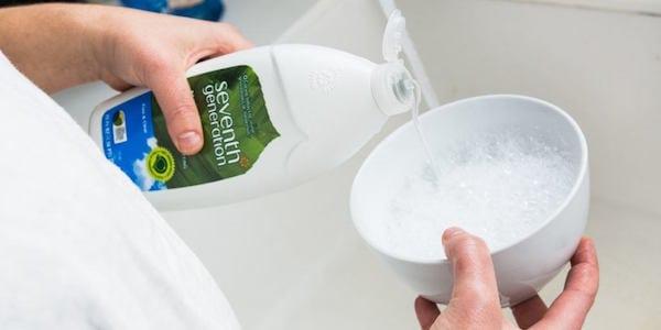 sabun cuci untuk membersihkan earphone