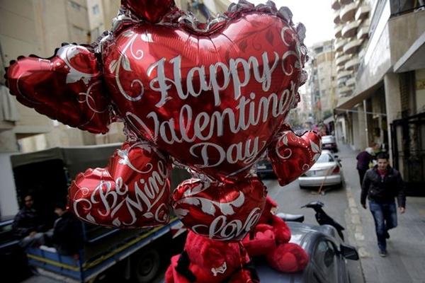 Inggris Perempuan Hingga Anak-Anak Ikut Merayakan Valentine
