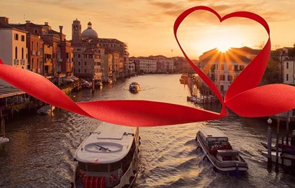 Italia Bertukar Hadiah Sama Dinner Romantis