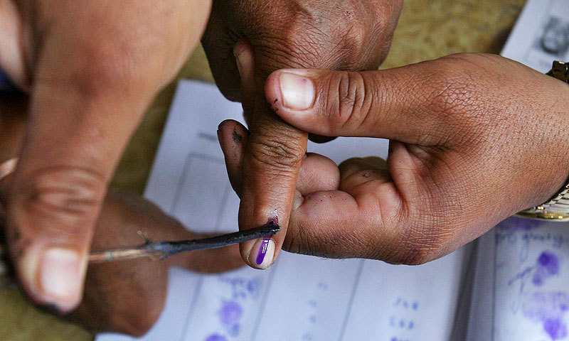 Di India, bentuk tinta pemilih sangat unik