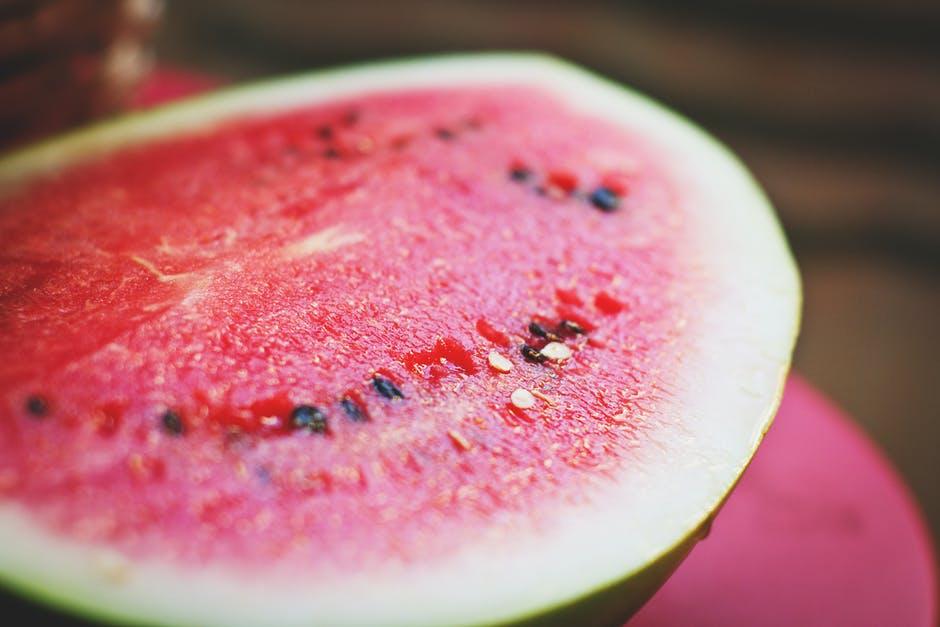 Makan buah dan sayur dengan kandungan air yang tinggi