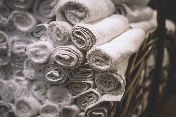 Gunakan lap kering untuk membersihkan debu