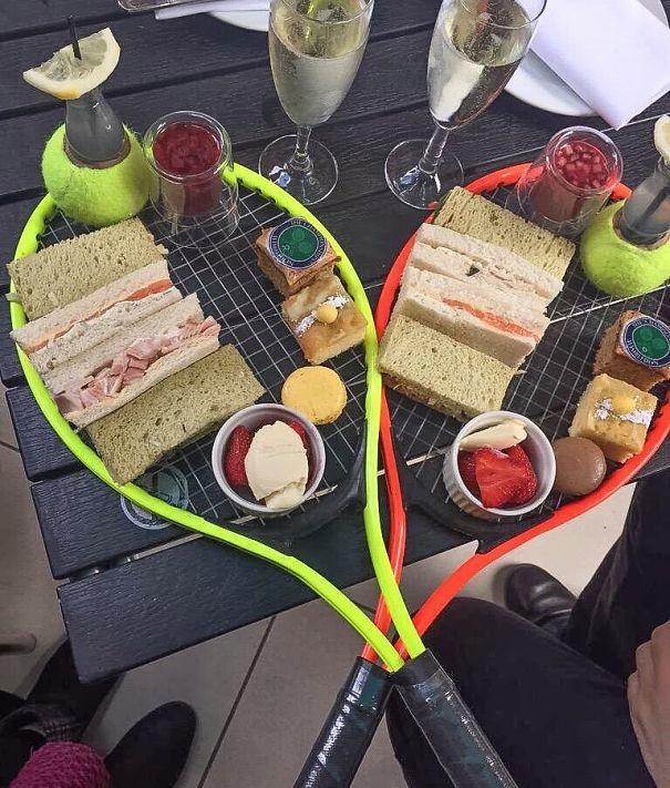 makanan unik di atas raket tenis