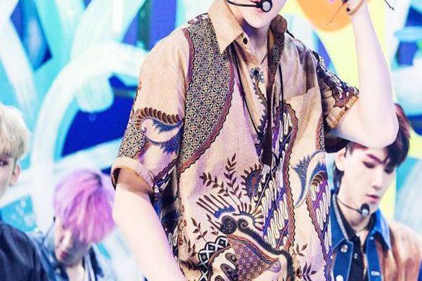 Sehun pakai baju batik