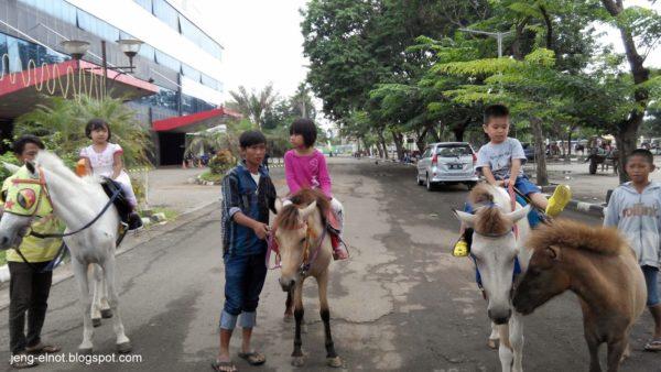 menunggang kuda
