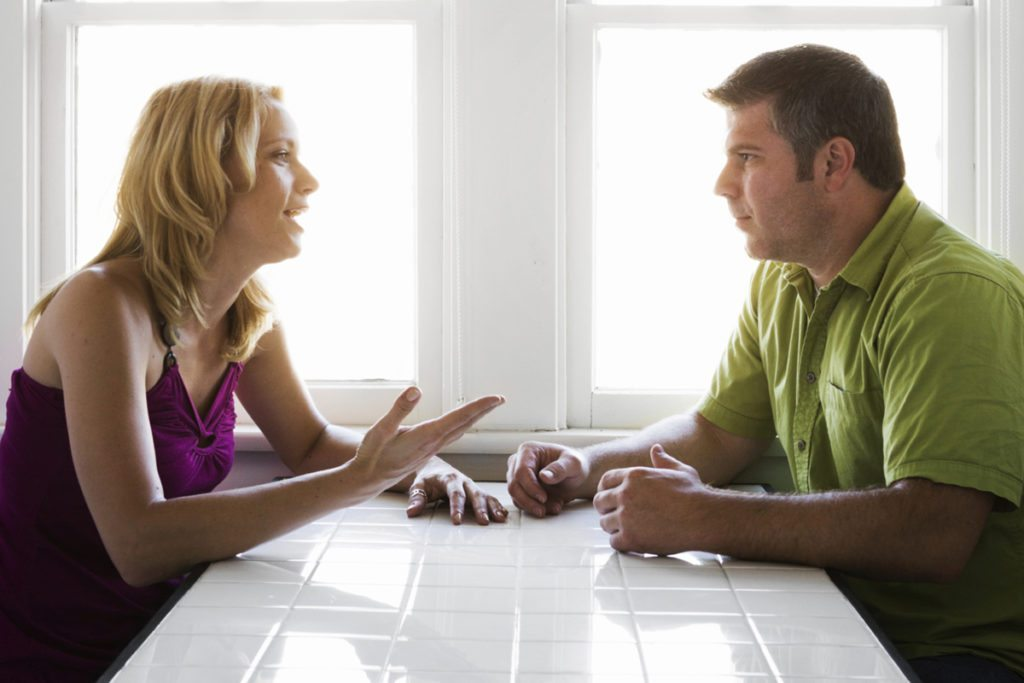 berdiskusi dengan pasangan