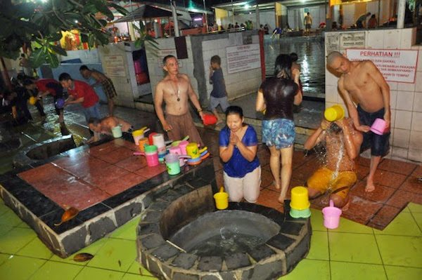 Depok merayakan Imlek dengan mandi bersama di sumur tujuh lubang