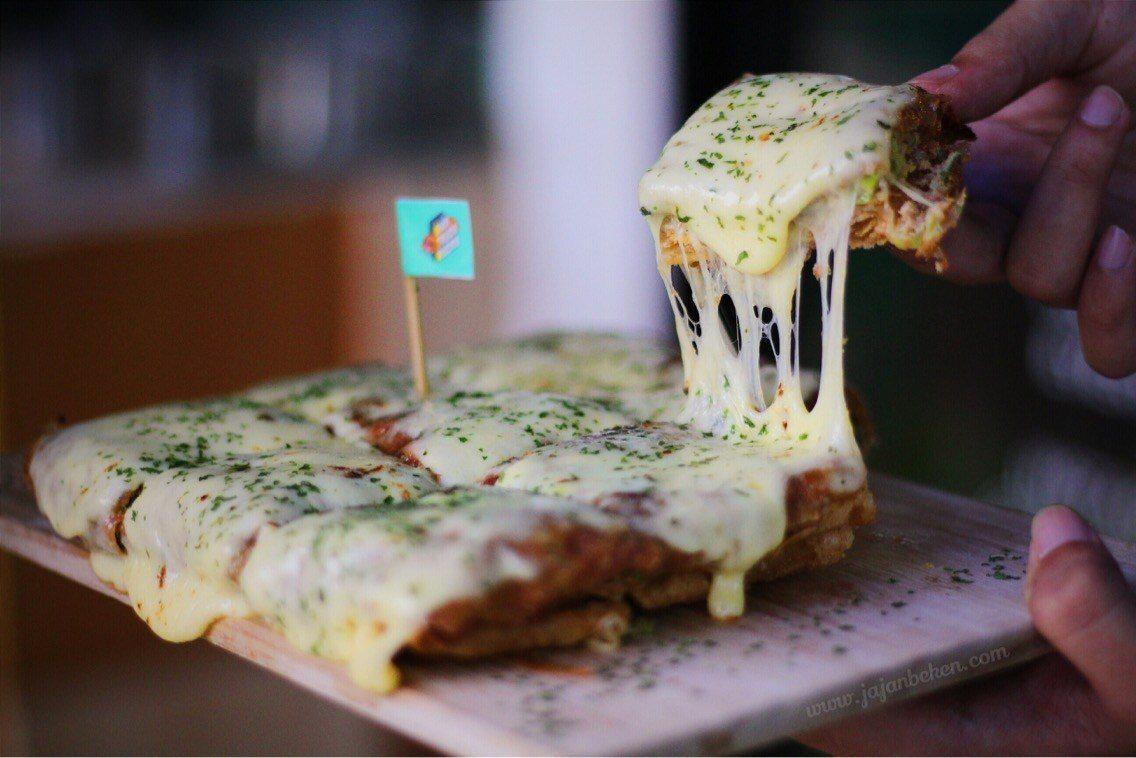 makanan hits martabak mozzarella