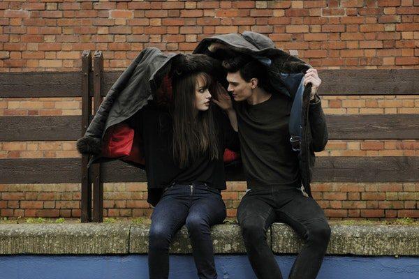 alasan seseorang jatuh cinta