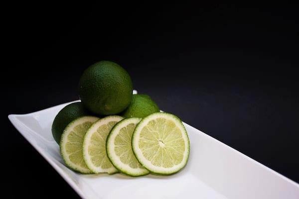 menggunakan jeruk nipis untuk menghilangkan bau badan