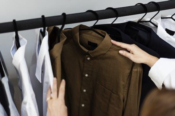 menggunakan pakaian bersih