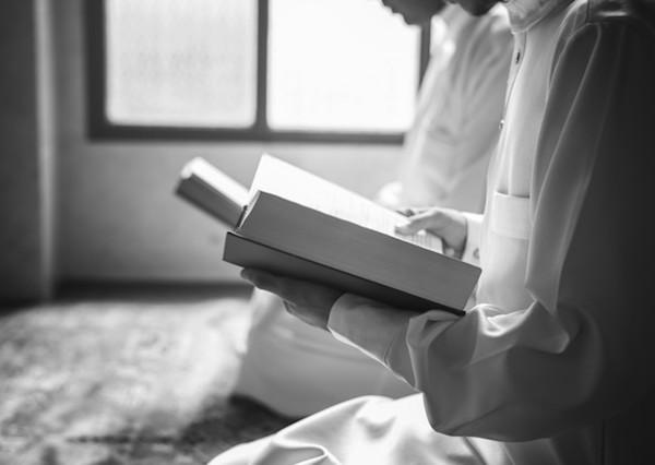 membaca buku agama
