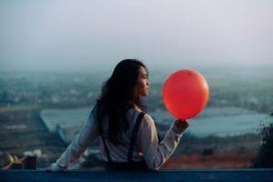 Meniup balon untuk senam wajah