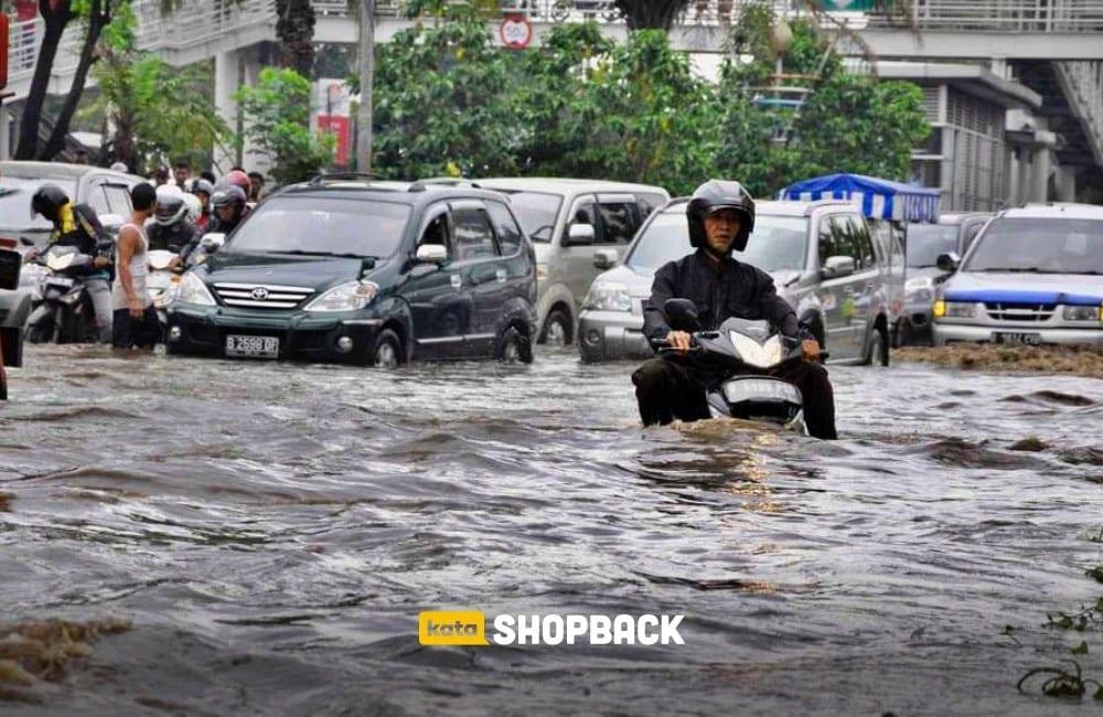 mobil melewati banjir