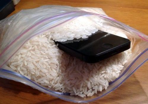 tips melindungi smartphone saat hujan
