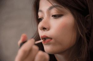 Memilih Warna Lipstik Sesuai Bentuk Bibir