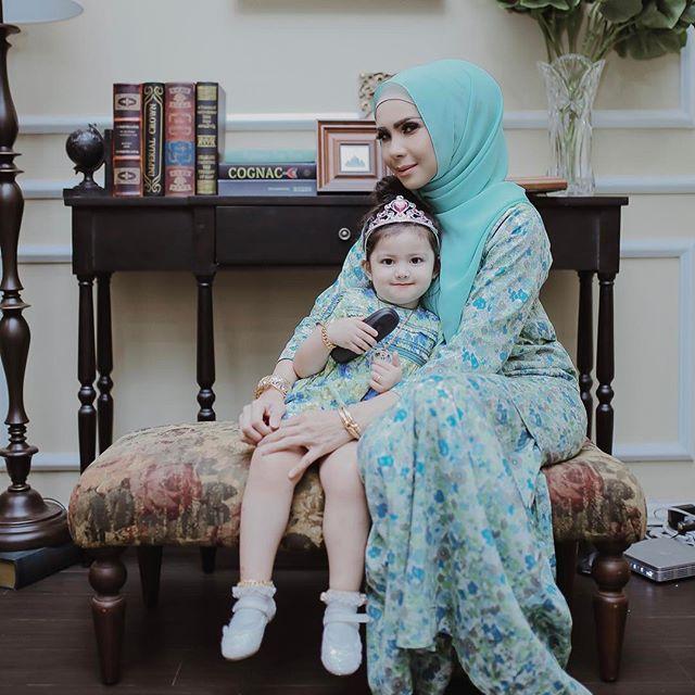 mum and daughter posing
