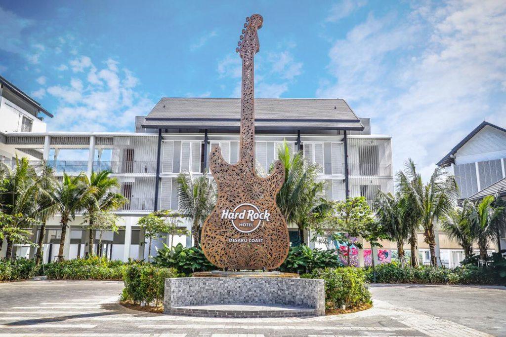 Huge guitar deco at entrance to hotel