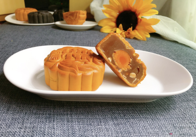Gin Thye - Single Yolk White Lotus Paste Mooncakes