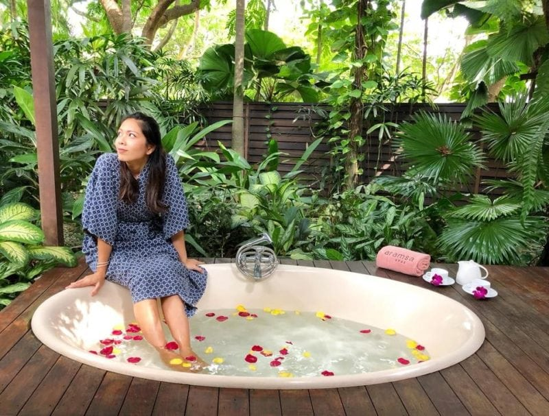 Lady havinga relaxing jacuzzi bath at the spa in singapore