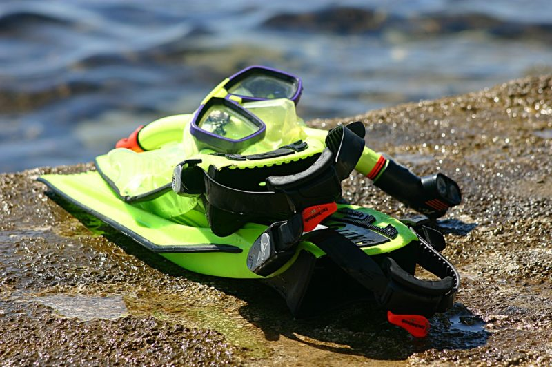 Snorkling gear with mask and flippers in yellow