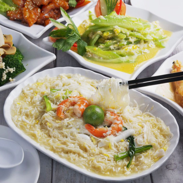 white beehoon with seafood and lime