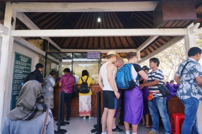 uluwatu temple ใครนุ่งสั้นให้ใส่ผ้าถุง ใครเรียบร้อยแล้วให้ผูกผ้า