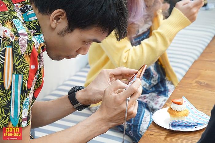 ถ่ายรูปยังไงให้สวย ผู้ร่วมงานถ่ายรูปด้วยมือถือ