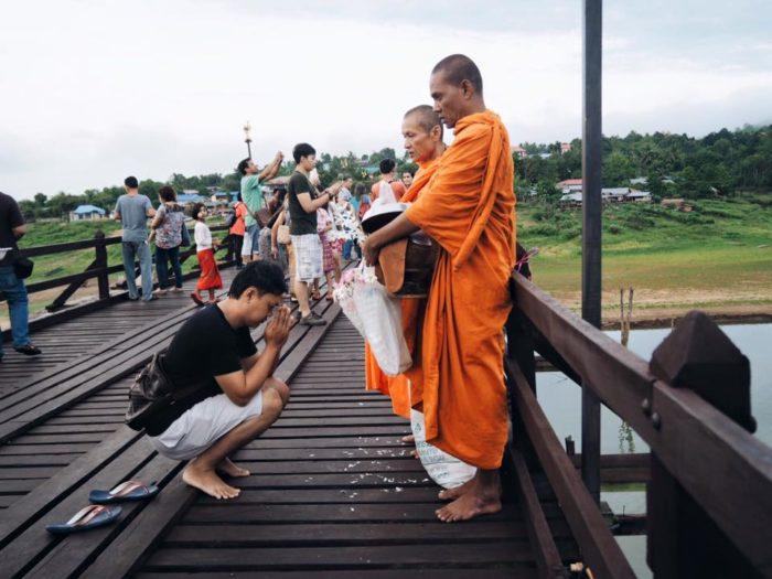 กาญจนบุรี สังขละบุรี ตักบาตรสะพานมอญ