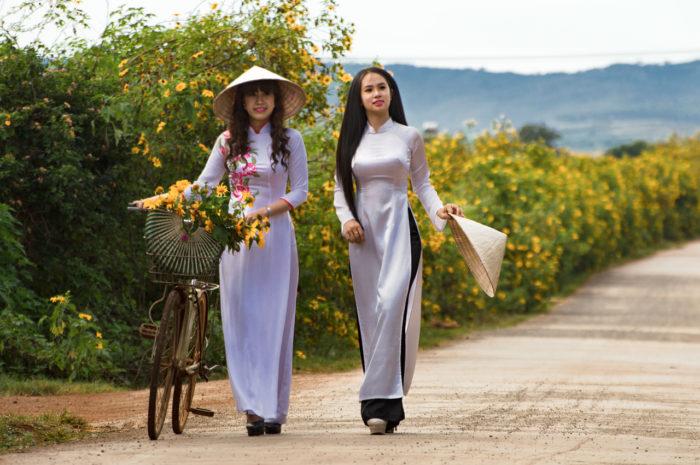 ของฝากเวียดนาม ชุดอ๋าวหญ่าย & หมวกเวียดนาม เที่ยวเวียดนาม รีวิวเวียดนาม ฮานอย เวียดนาม ของฝากจากเวียดนาม เวียดนาม ของฝาก ของฝาก เวียดนาม หมากเวียดนาม สินค้าน่าซื้อที่เวียดนาม