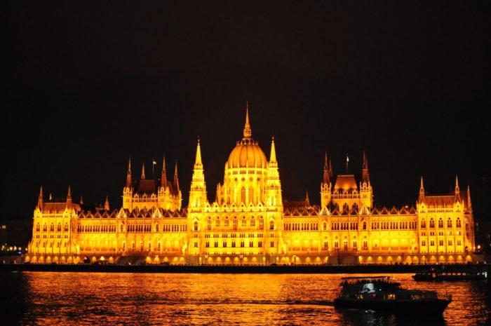เที่ยวบูดาเปสต์ Parliament เปิดไฟ