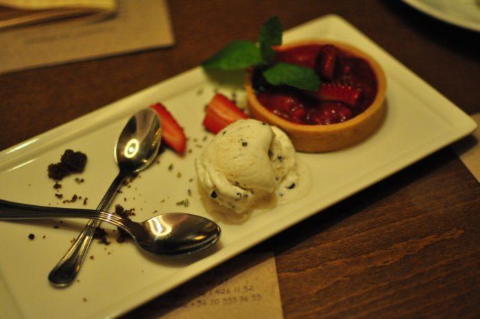 เที่ยวบูดาเปสต์ Rhubarb-Strawberry Tarte with Stracciatella Ice-cream