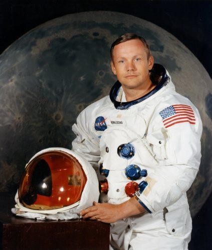 ปฎิทินวันหยุด วันประวัติศาสตร์ นีล อาร์มสตรอง มนุษย์คนแรกประทับรอยเท้าบนดวงจันทร์ : 20 กรกฎาคม