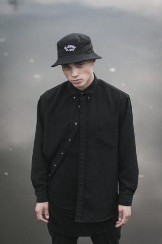 หมวกฮิปฮอป เสื้อเชิ้ตตัวยาว กับหมวกทรงบัคเก็ต