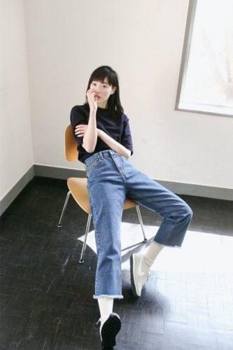 เสื้อยืด กางเกงยีนส์ รองเท้าผ้าใบผู้หญิง ยีนส์
