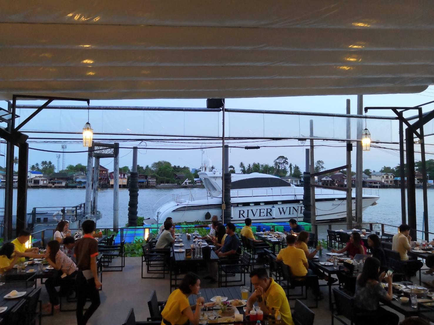 ร้านอาหารริมแม่น้ำ