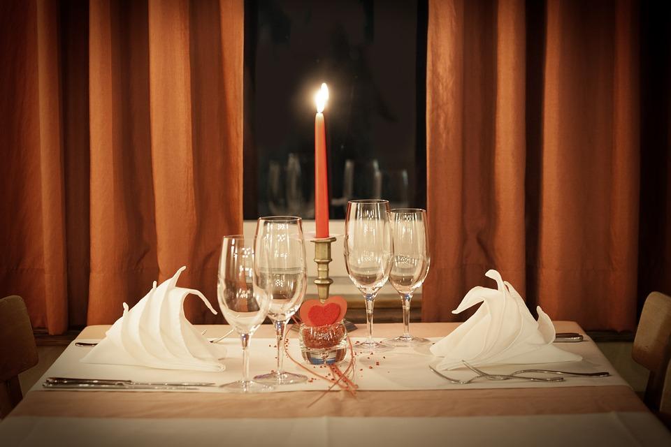 與你的另一半享用浪漫的燭光晚餐吧