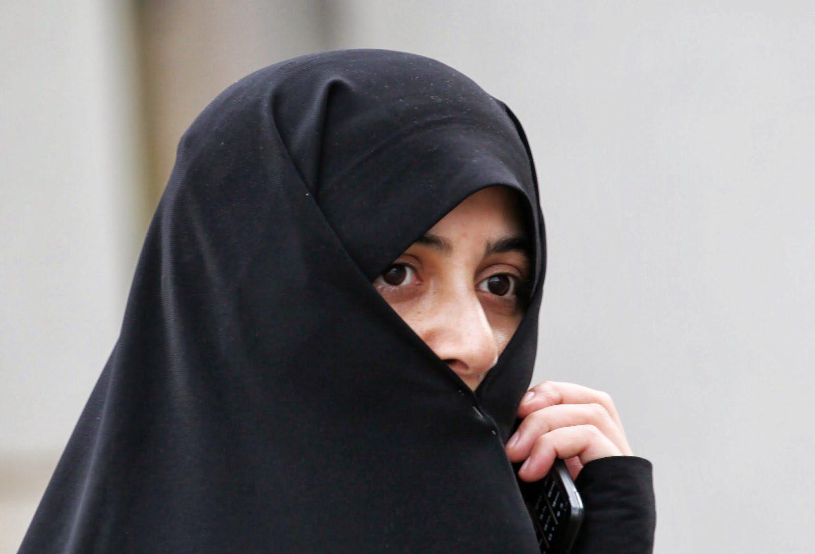 戴頭巾的女子曾不能上大學