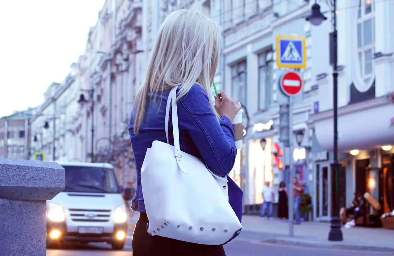 女子與包包