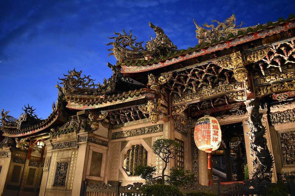 到萬華走走!台北龍山寺拜月老一日遊景點推薦,剝皮寮、艋舺這樣玩