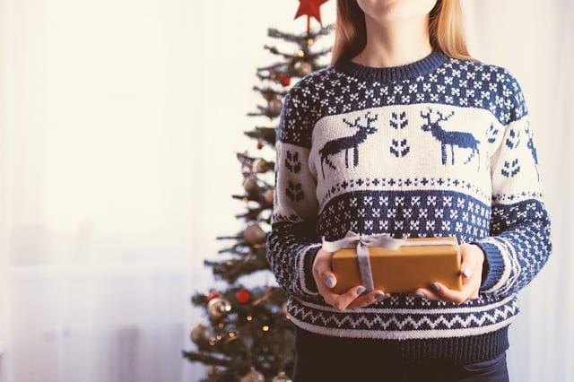 拿著聖誕禮物的人