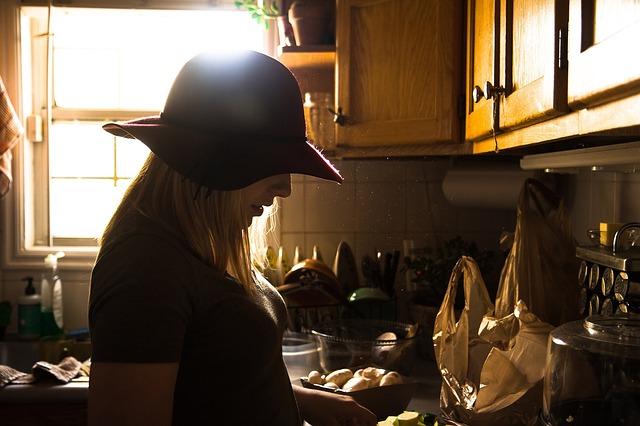女生 廚房