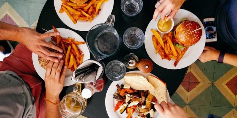 中西餐桌禮儀大不同!7個國外餐桌禮儀小知識,在外吃飯不失禮
