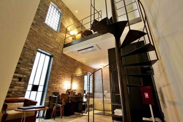 挑高夾層設計的「豪華套房」