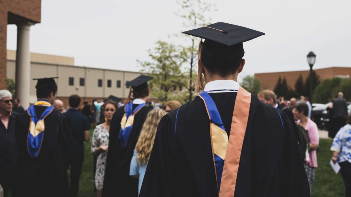 畢業袍下怎麼穿?5個男生學士袍穿搭技巧,讓你成為畢典全場焦點!